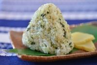 緑米むすび 白米と緑米玄米を炊き上げて、わさび菜を混ぜ混み、具材としてわさびのりを使用しています。少しピリ辛の食味です。
