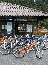 森町サイクルツーリングコースの出発、終着地点に指定されている『森町体験の里アクティ森』。  陶芸など創作体験のほかにもパターゴルフやテニスなどアウトドア体験ができる複合型の観光施設。  レンタルMTB(ヘルメット付き)もある。