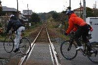 天竜浜名湖鉄道の線路を越えるサイクリスト。【田園ポタリングコース】