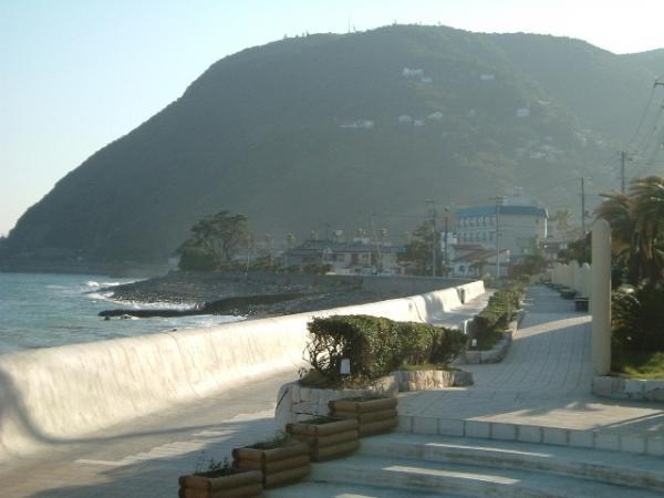 片瀬海岸の波打ち際に整備された遊歩道「湯波さんぽ道」