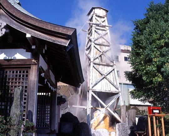 熱川温泉の散策スポットの一つにもなっている「噴湯」。この噴湯の脇には「お湯かけ弁財天」と「銭洗いの池」がある。
