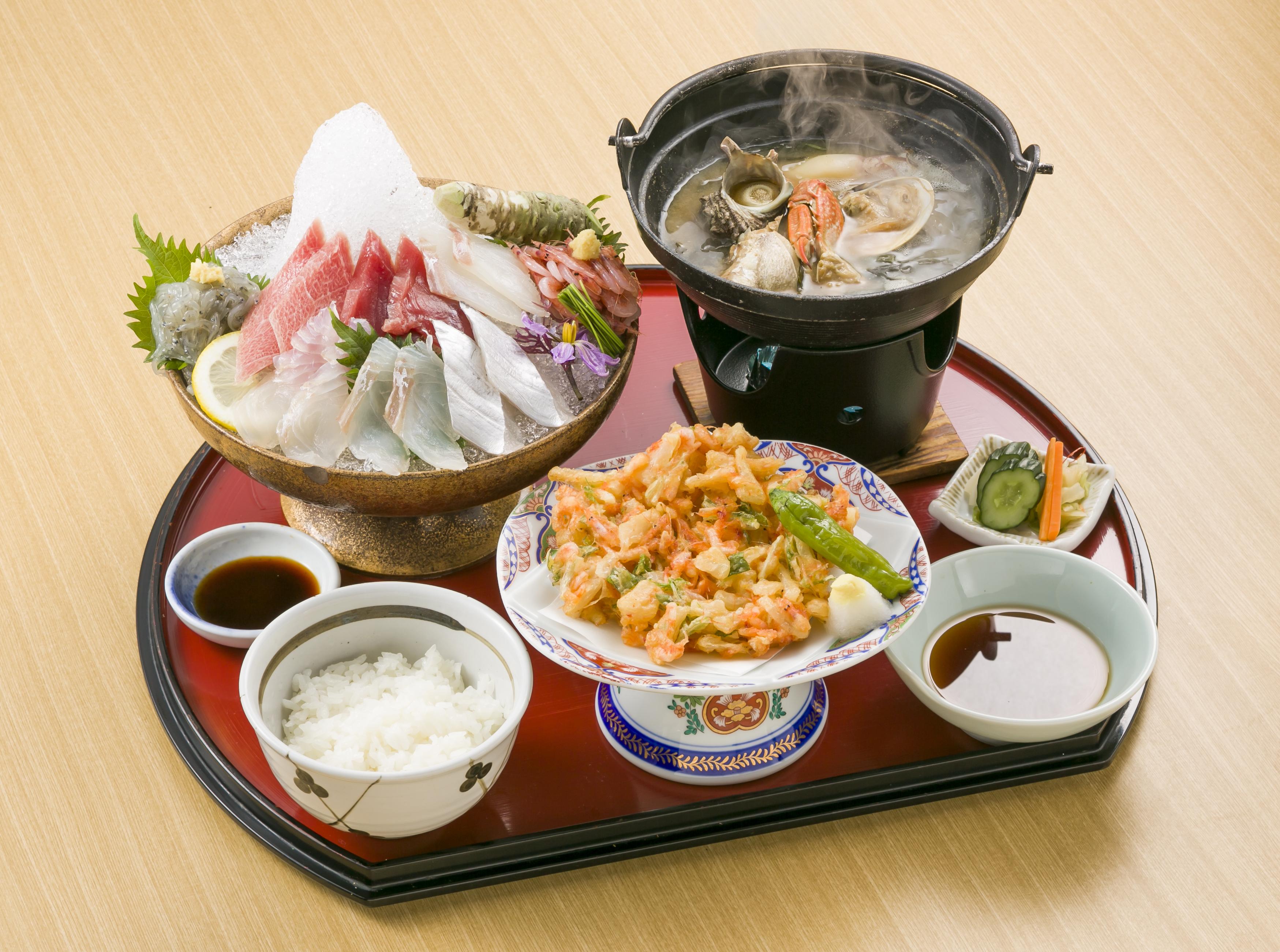 清水港水揚げの天然南鮪と由比直送のしずまえ鮮魚を富士山の形に盛り付けた味も見た目も楽しめる一品です。本山葵と特製土佐醤油でお好みの海鮮丼を作って召し上がっていただきます。
