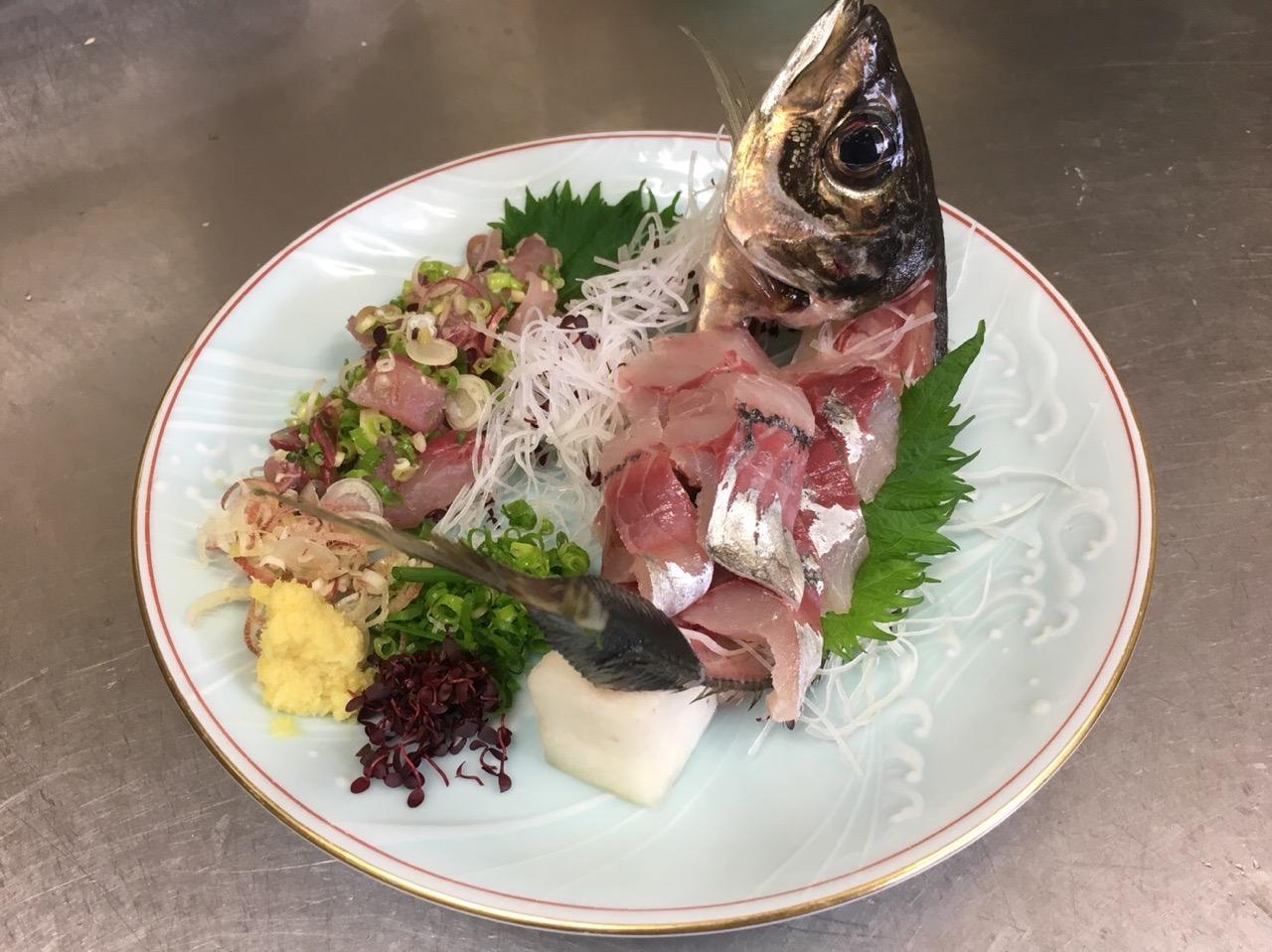 本陣定食由比港水揚げの新鮮なお刺身がセットされた定食です。