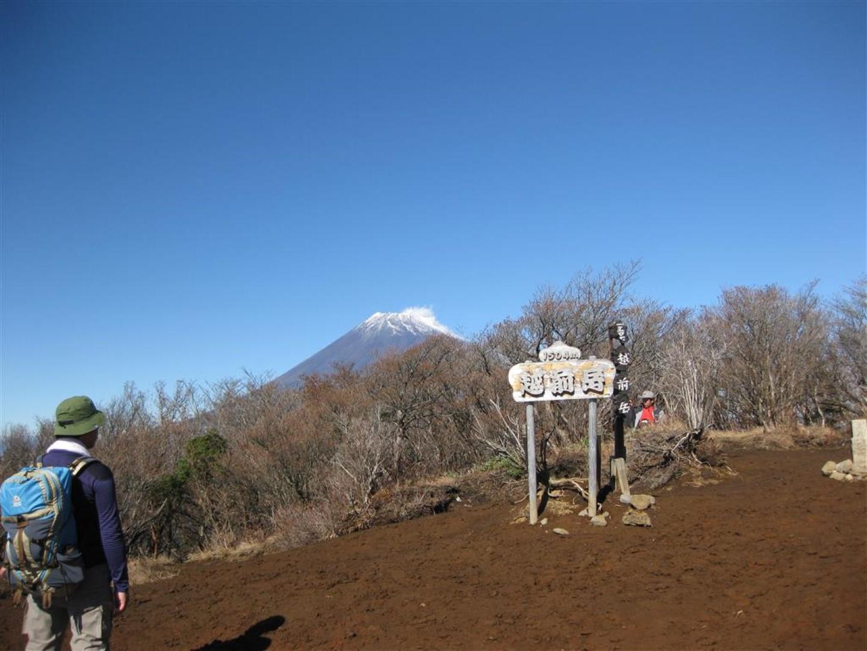 越前岳の山頂風景です。正面は富士山です。