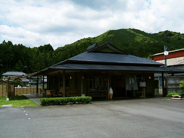 """茶畑に囲まれた芝生の庭のある""""茶房遊""""。"""