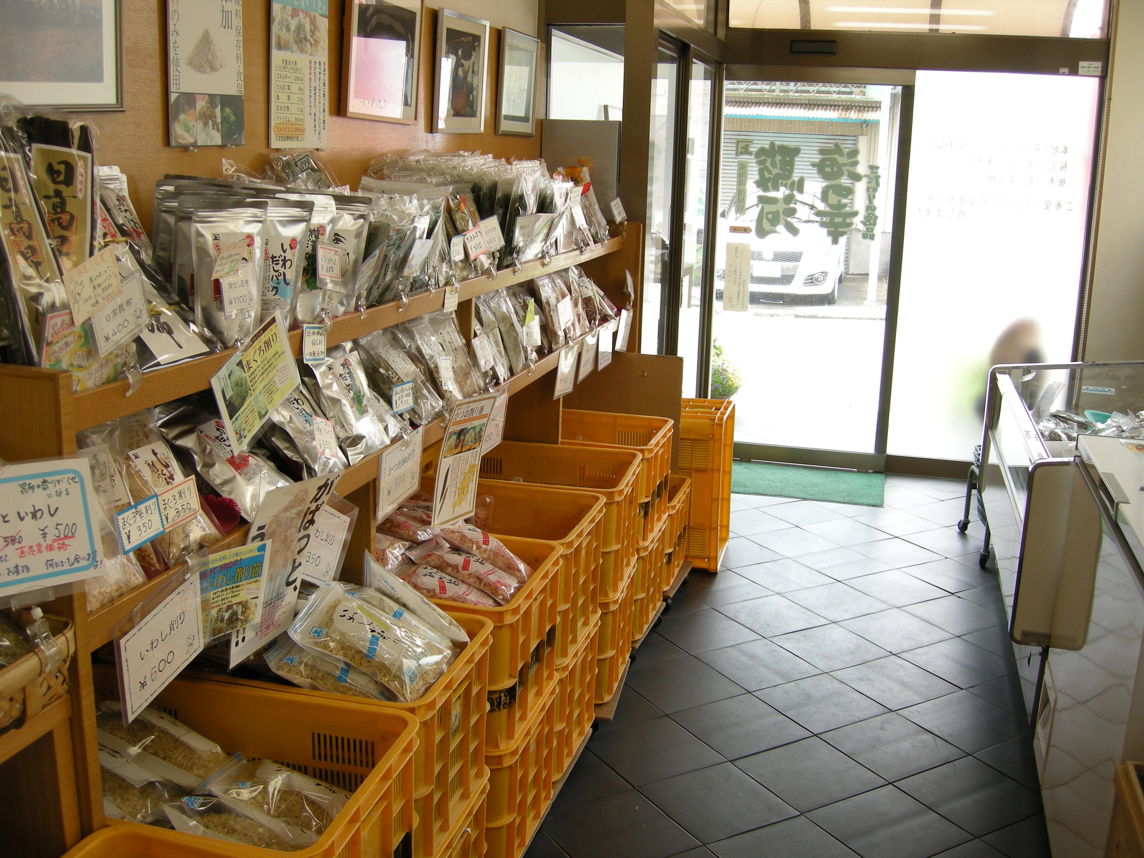 店内の様子。所狭しと商品が並んでいます。全品、直売店限定価格で販売中です!