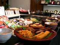 常時20種類以上の試食が並ぶ本店々内