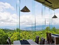 一面総ガラスの窓から望む絶景の中でのお食事。