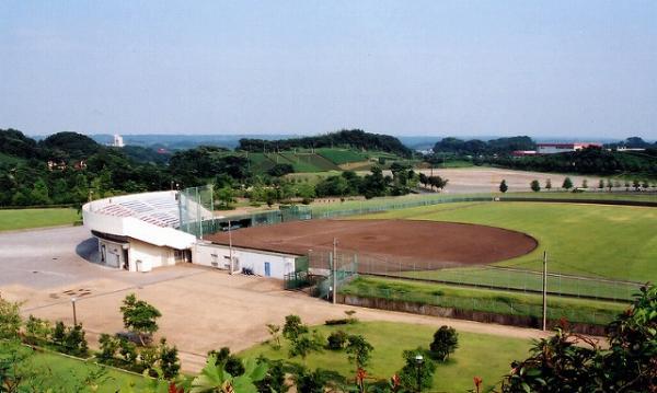 菊川球場  センター軸122メートル、両翼98メートル、グラウンド面積13,348平方メートルの球場で、バックネットとおよそ650人の観客席をかねた公園管理棟が整備されています。