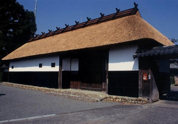 長屋門は18世紀中頃の建築と見られ、置千木を11本置く茅葺きの屋根は2千石の格式を示す、桁行68尺(20.6メートル)に及ぶ大規模なもので、昭和51年の解体修理で元の姿に修復されました。  母屋は、安政の地震以後の建物と考えられ、建材には太い柱や梁を用いて構造的にも64尺幅(1.2メートル)で2列に柱を立て、梁を2層にわたして地震対策を施しています。平成9年には解体修理を行い、綿密な調査とともに元の姿に復元されました。  濠は中世城館の遺構として近世・現世へと使われ続けられた貴重な遺跡です。