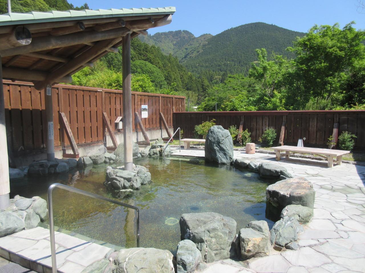 静岡県掛川市にある「ならここの里」は、清流と緑に囲まれた山あいのキャンプ場です。 テント、バンガロー、コテージと宿泊スタイルはさまざま。広大な敷地には、キャンプサイト約90サイト、バンガロー・コテージ約30棟に加え、露天風呂のある天然温泉「ならここの湯」、食事処「ならここ食堂」も併設され、四季折々の自然の中、快適にお過ごしいただけるアウトドアリゾートです。