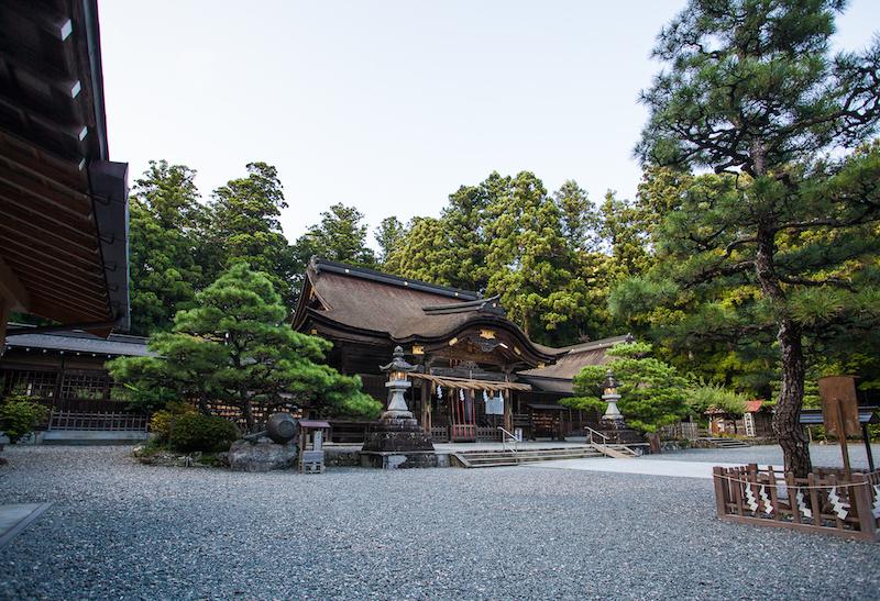 大社造りの本殿や拝殿のある境内は、今も 「古代の森」の名にふさわしく樹齢数百年の老杉が荘厳な雰囲気を出しています。森町のみならず遠州一円の人々の信仰を集め、正月には30万人あまりの人々の初詣で賑わいます。