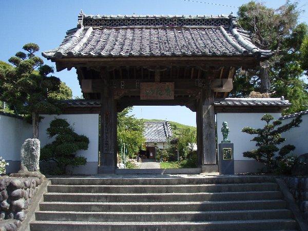 鹿苑山香勝寺の山門。