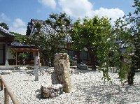 本堂の前には『四方礼拝の石庭』が落ち着いたたたずまいをみせています。