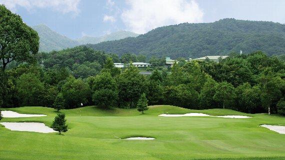 上質なコンディション、果てしない広大さ、巧みなレイアウト。ゴルフ本来の楽しみを満喫できるコースです。