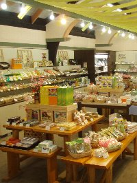 森町の特産品をはじめ遠州地方の名菓、特産品を販売するお土産販売所「よんな市」。特産の森の茶と名菓「梅衣」、味噌まんじゅう、町の特産品次郎柿を原材料に使用した「治郎柿ワイン」お茶で作った焼酎「お茶ごこち」などが人気。また、地元の牛乳や原料でつくる手作りアイスクリームも人気商品。