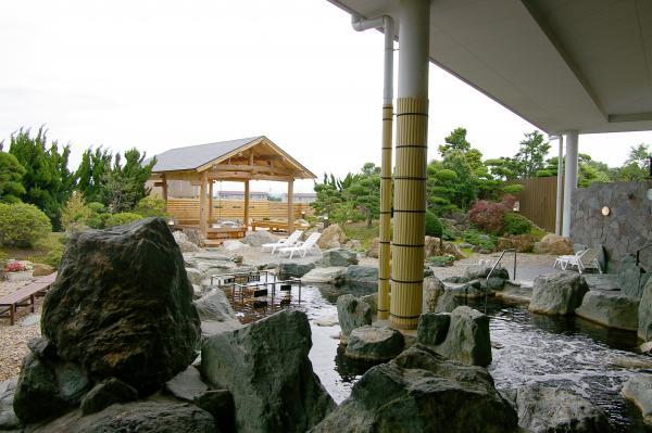 東屋「桧風呂」「松風呂」を望む大露天風呂