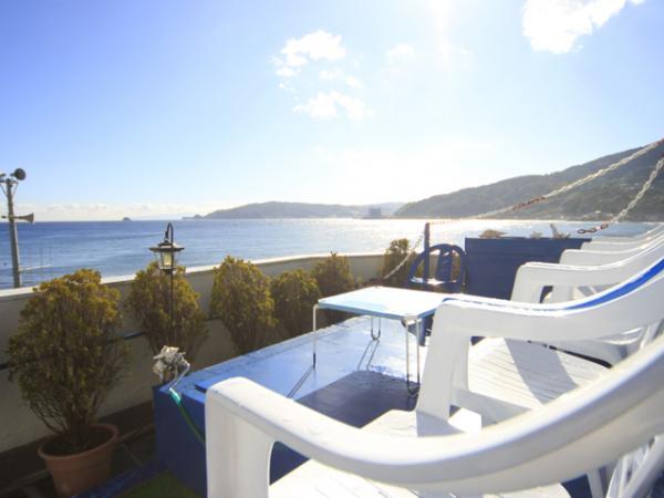 屋上からは夕焼けに染まる海、夏には宇佐美周辺で行われる花火大会を間近で観覧することができます。