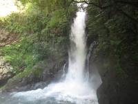 水しぶきがかかる展望デッキからの釜滝