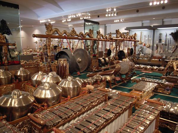 世界各国の楽器がところせましと並ぶ