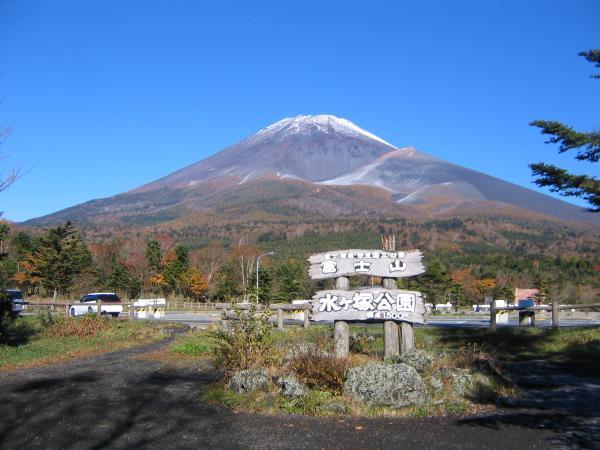 宝永火口を眼前に、雄大に構える富士山を眺めることができます。ここは富士山のフォトスポットとして有名で、春夏秋冬それぞれ違った富士山を見せてくれます。また、ここは富士山スカイライン沿いにあり、売店(森の駅富士山)やトイレもあり、ドライブ休憩にもぴったりです。