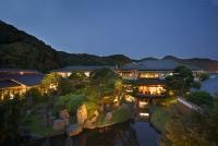 建物外観と中央の日本庭園