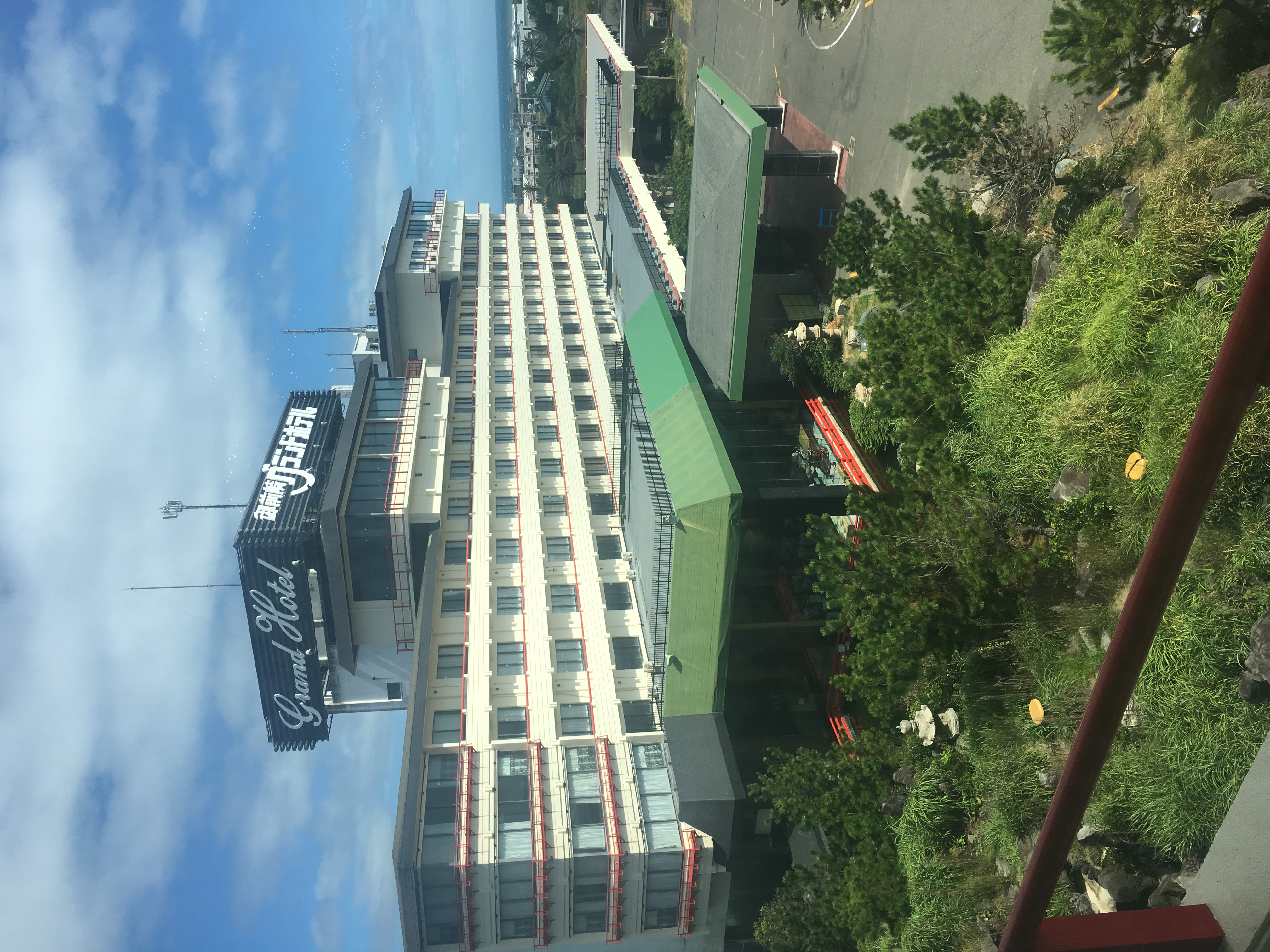 岬の先端に立ち、さえぎるもののないまさに海と空のホテル。270度の大パノラマをお楽しみ下さい。