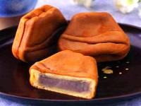 お餅のような弾力のある食感のお饅頭。駿河湾を臨む富士山の形。