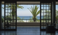 玄関より美しい入田浜を望む
