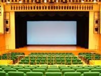 400人まで収容可能なホールです。座席収納時には、ステージ部分までフォラットになります。